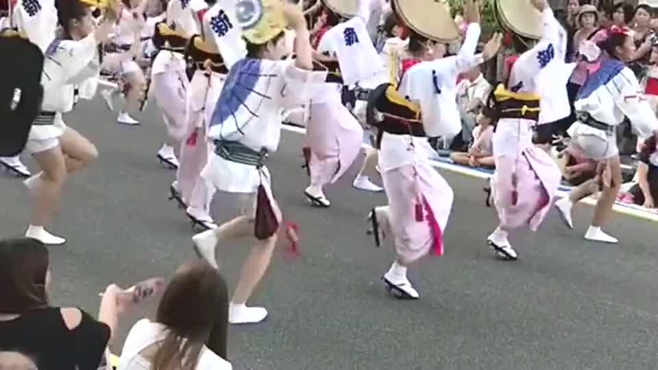 日本的传统习俗,这样的节日大家都会穿上和服,气氛是真的好
