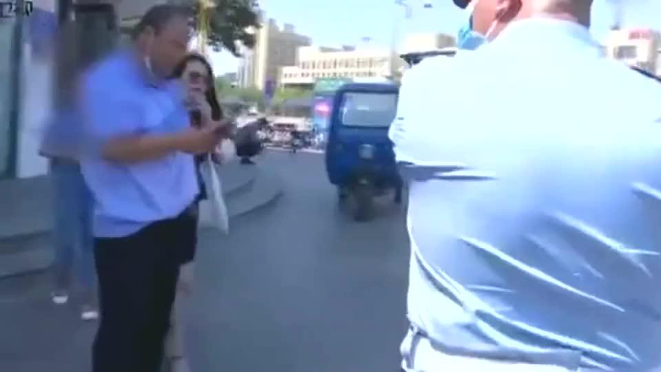 出租车乘客突然开车门,骑电动车女士直接撞上,路人说出公道话!