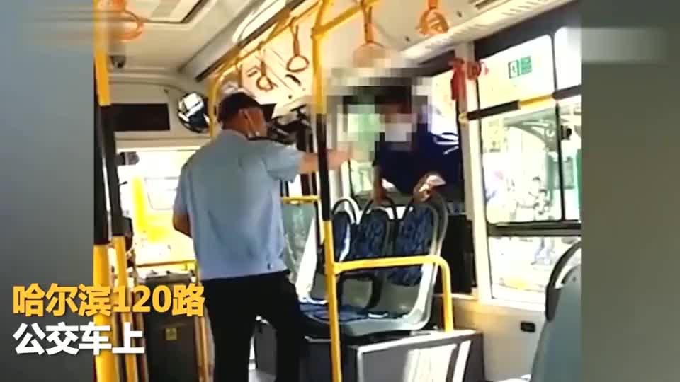 哈尔滨大妈无健康码乘公交遭拒钻车窗强行上车脸部栽在座椅上