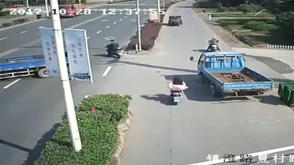 女孩骑车无故被甩飞,回看监控才知道真相!