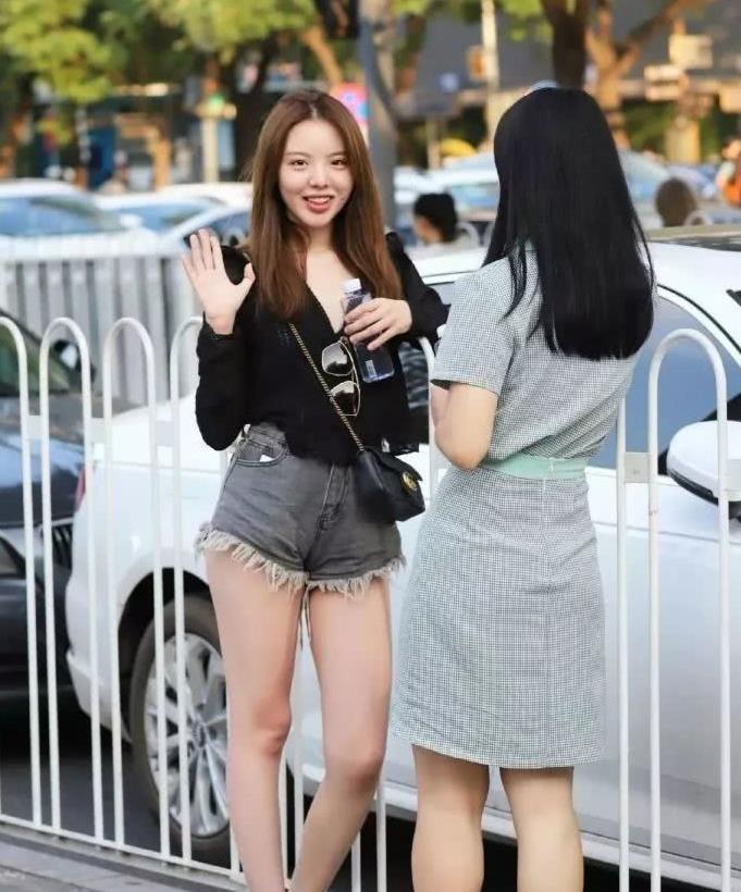 街拍:牛仔热裤身段还笑容甜美