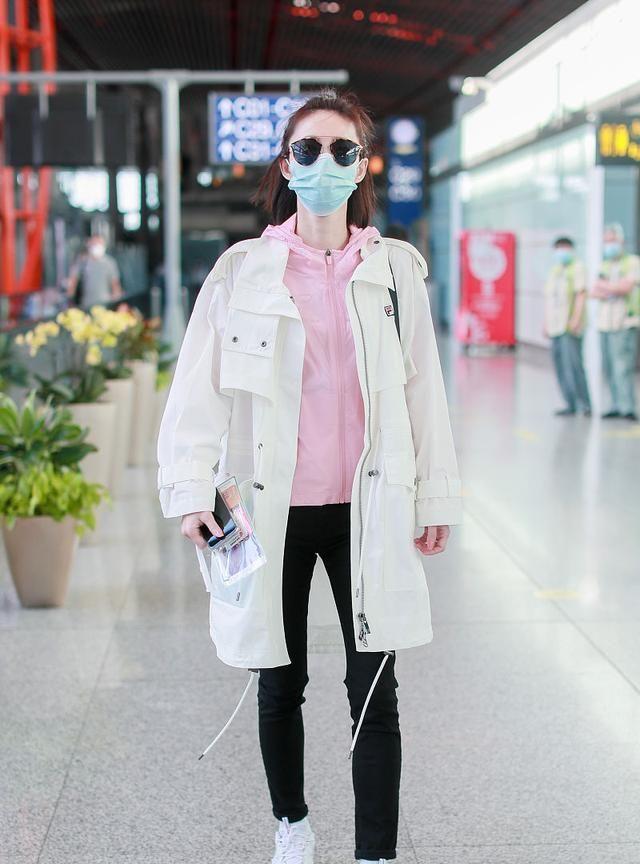 王丽坤街拍:Fila派克大衣铅笔裤 Dior墨镜老爹鞋清新帅气