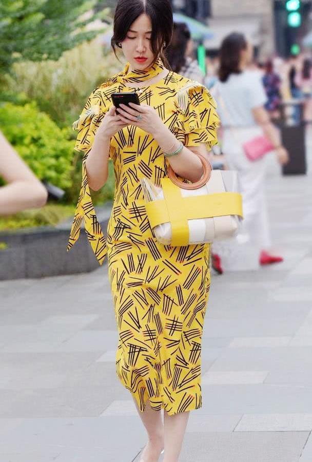 黄色连衣裙搭配水晶高跟凉鞋,春季这样穿更好看,显身材又有气质