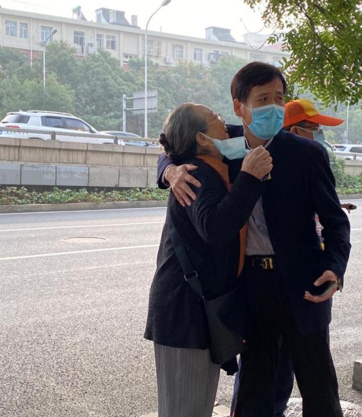 公交站偶遇容嬷嬷,路人合影还摘下口罩,特别朴实的老太太!
