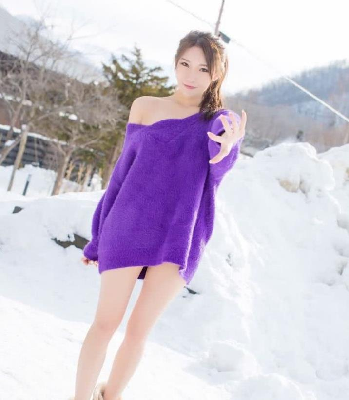 街拍:小姐姐身穿紫色长款毛衣,雪地里秀出大长腿十分吸睛