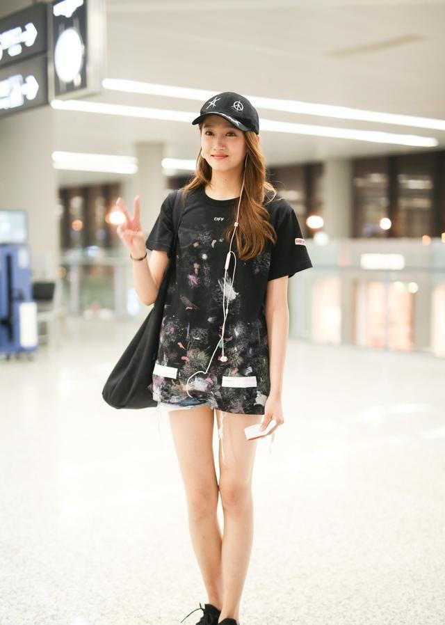 关晓彤机场美照,打扮时髦,的确漂亮