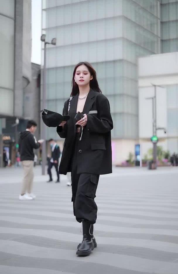 潮人必知的简约穿搭,西装外套+工装裤,让你帅气十足