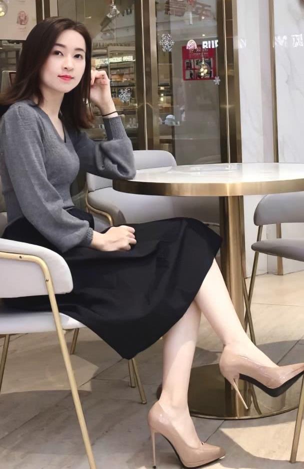 美女灰色短款毛衣搭配黑色大下摆半身裙,成熟稳重又显端庄气质