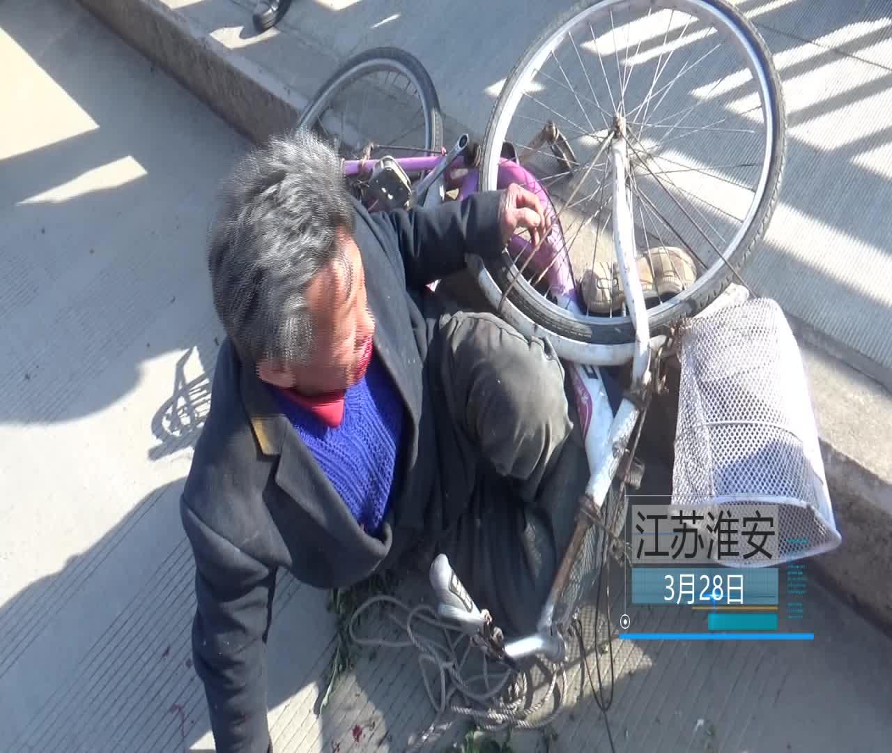 老人骑车不慎摔倒导致脚卡车轮 好心人发现后热线报警帮助