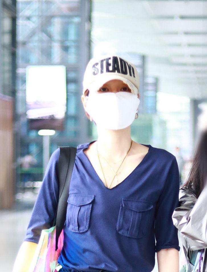 马伊琍一身蓝衣更衬肤色白皙 穿V领衫秀锁骨身材太优越