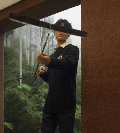 王俊凯身着刺绣纹章装饰毛衣少年恣意的生命力不止在于青春活力
