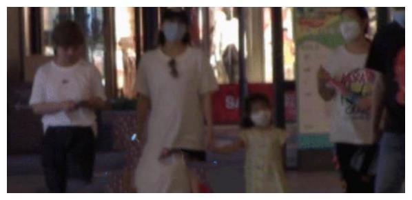 41岁章子怡被传怀三胎,带女儿逛街力不从心,双手叉腰小腹微凸