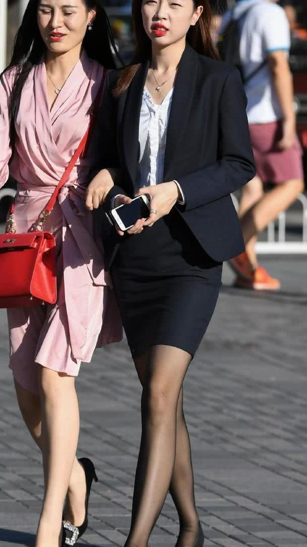 白领妹子太低调,职业装都配平底鞋了,还是嫌腿太长