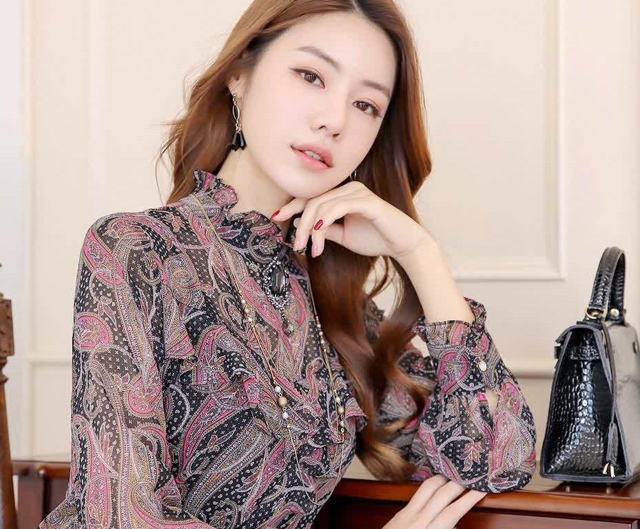 高领设计搭配褶边雪纺衫,端庄优雅的情调,演绎有立体感的轮廓