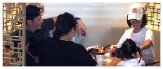 霍建华携妻参加派对,合影站角落腼腆露笑,看林心如C位怀抱男友