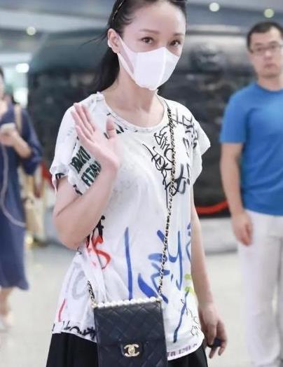 """周迅独自走机场,穿T恤配黑裙略显""""廉价感"""",但气质高级实在赞"""