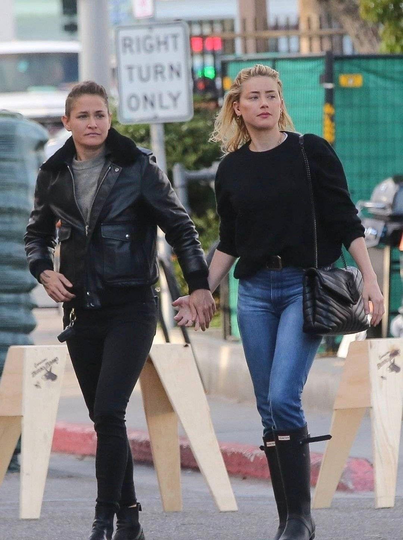 海后Amber Heard艾梅柏·希尔德和女朋友十指紧扣现身洛杉矶街头