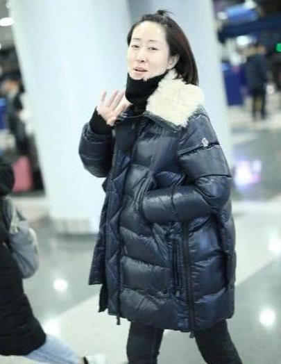 刘敏涛也不年轻了,扎小啾啾罕见扮嫩,素颜却暴露真实年纪!