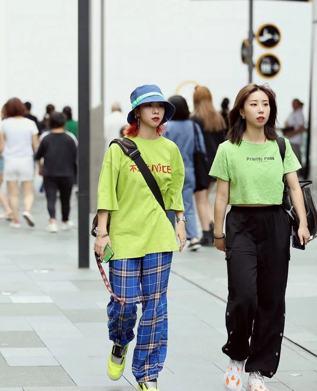 街拍,小姐姐绿色印花短袖搭配蓝色格子长裤,气质休闲时尚