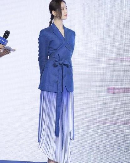 刘诗诗气质绝了,蓝色西装搭蓝白相间半身裙,腰系蝴蝶结太有气质