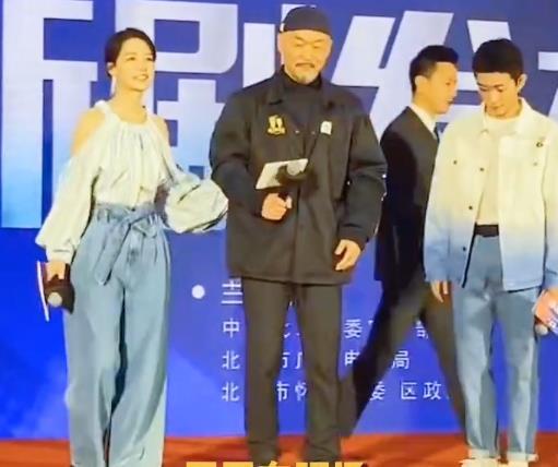 李沁也是营销女神?穿阔腿裤搭平底鞋,身材肥胖又矮小!