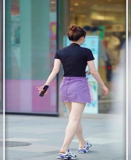 休闲风的小姐姐,紫色超短裙太衬肤色,运动风穿搭元气满满