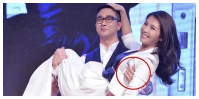 刘涛被王自健当众公主抱,有谁注意到他手放的位置?细节暴露人品