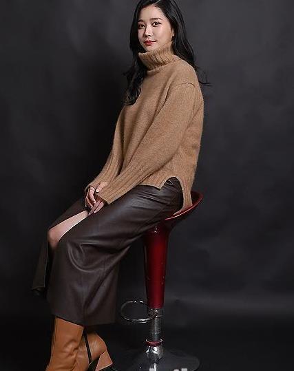 李瑜瑛穿棕色毛衣气质温柔娴静 搭配黑色皮裙暴露御姐气质