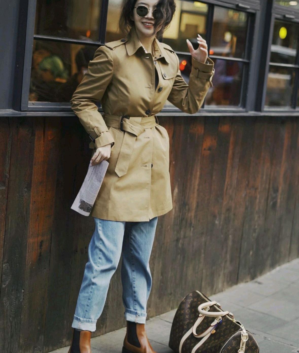 要把秋装穿出时尚感,不仅服装的配色要选对,更要会穿才高级
