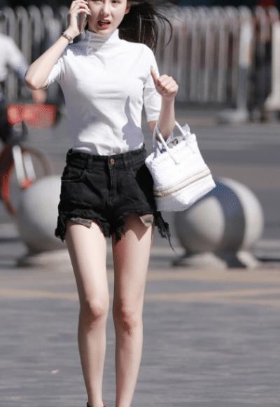 不得不说,只有热裤搭配大长腿,才能成为一道靓丽的风景线