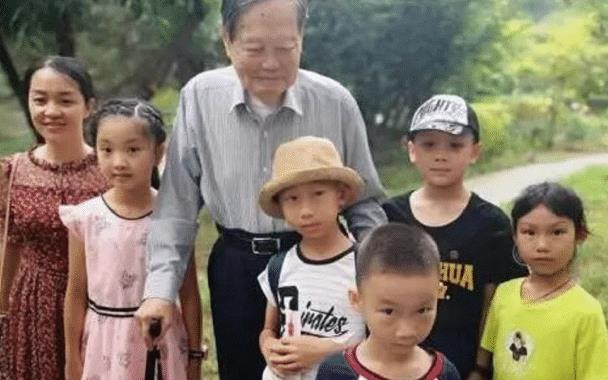 杨振宁携娇妻活动露面,97岁身体硬朗,44岁翁帆却很显老