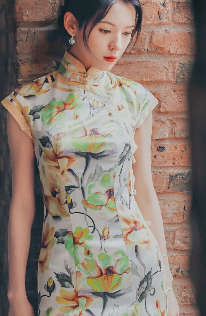 张予曦不同风格的裙装穿搭,展现出了不一样的优雅感,亮眼又耐看