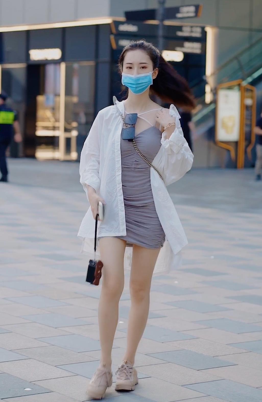 交叉系带太心机,再来一件白衬衫,修身连衣裙也能穿成休闲风