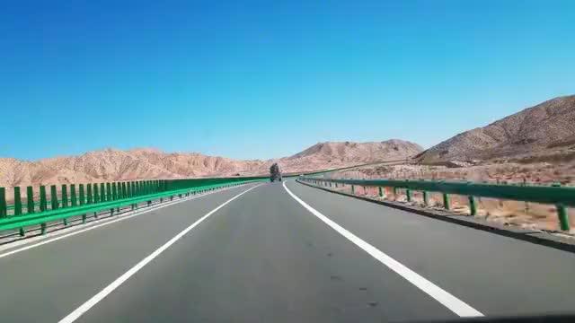 自驾游青海柴达木盆地,驾车行驶在G6京藏高速上,沿途风景很壮