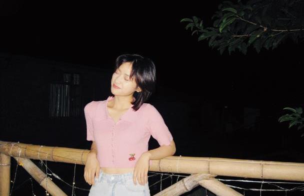 沈月是瘦了多少?穿粉色针织衫秀小蛮腰,颜值重回巅峰