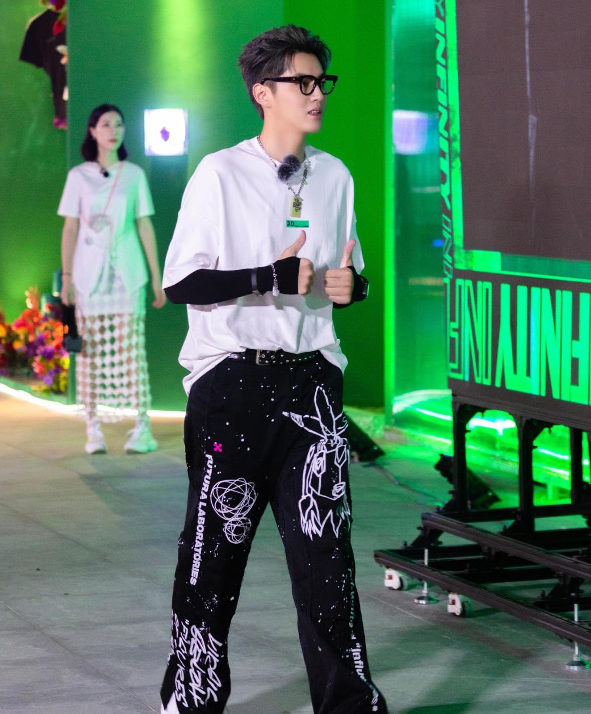 吴亦凡白T搭配黑色涂鸦印花长裤,潮味儿十足,不愧是时尚ico