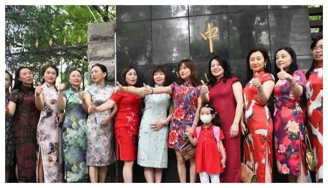 """考场门前成旗袍""""秀场"""",古典旗袍不但寓意好,时尚感更没得说"""