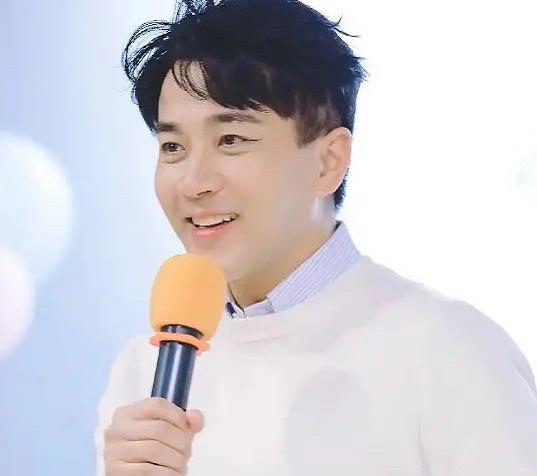 刘恺威46岁生日派对,怼脸照皱纹能夹蚊子,离婚后变沧桑