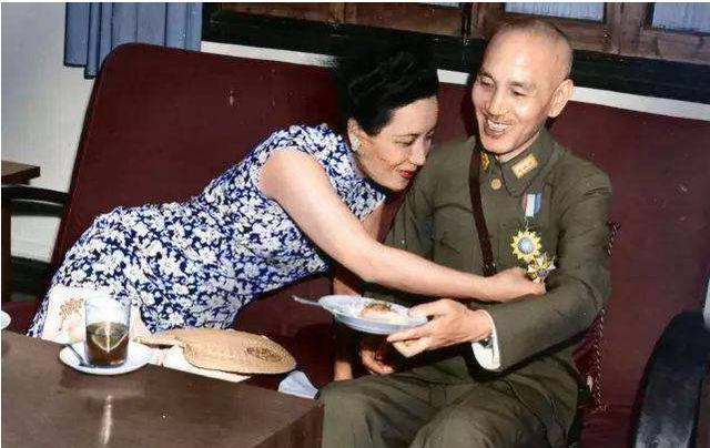 宋美龄和蒋介石作息不同,怕打扰蒋介石,特意让工匠改装了双人床