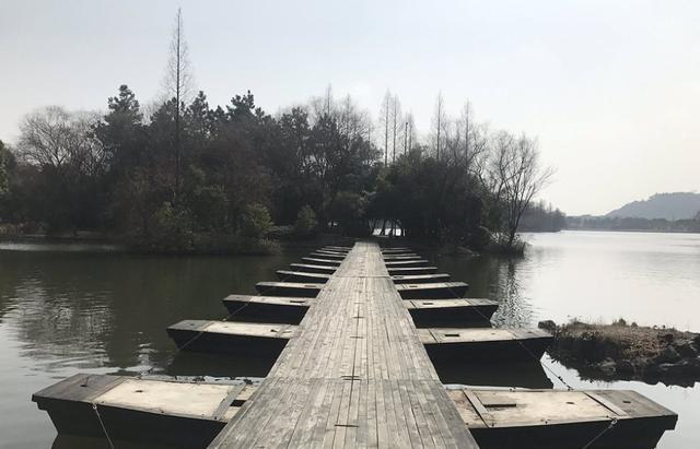 鉴湖,位于柯岩风景区内,是绍兴的母亲湖
