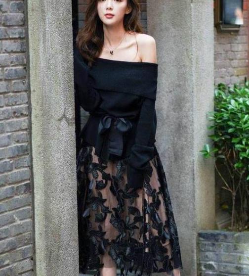 街拍美图:迷人时尚的小姐姐,美搭裙装,展现婀娜多姿的好身材!