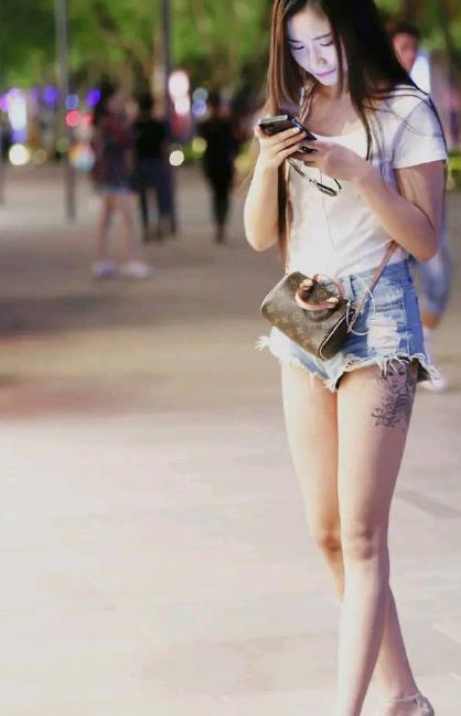 街拍:长腿美女白色短袖清新优雅,尽显挺拔身材