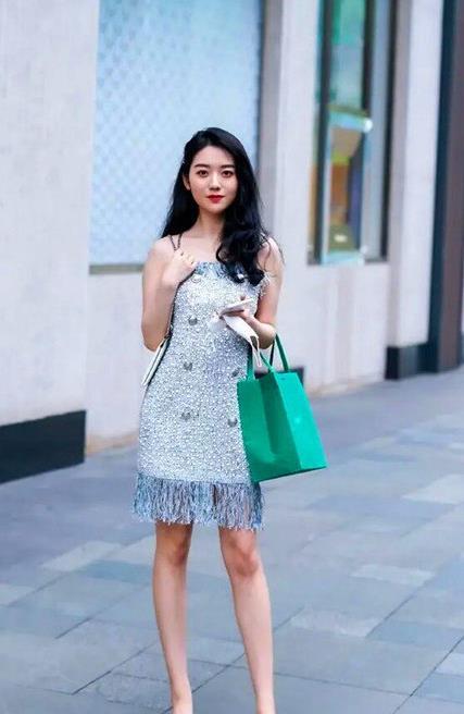 街拍,夏季美女清凉怡人的装扮,凉拖鞋也能展现卓越风姿