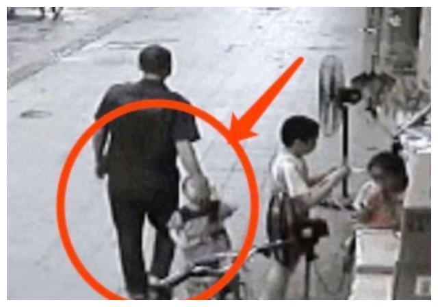 人贩子当众抢娃,还反咬宝妈才是人贩子,妈妈机智回击救下孩子