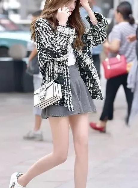 美女街拍:高挑靓丽的小姐姐,高领毛衣搭配百褶裙,女神范十足