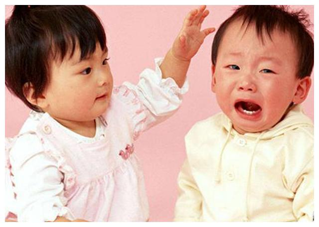 9岁姐姐打骂3岁妹妹,育儿师:很正常,二胎的影响父母要清楚