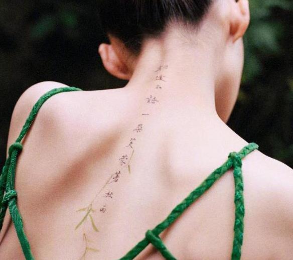 李沁秀性感不容易!穿挂脖裙美背上作画超惊艳,天鹅颈不输刘诗诗