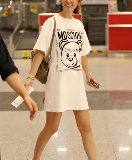 林心如走机场终于高调!一袭T恤裙配运动鞋,44岁也有少女范