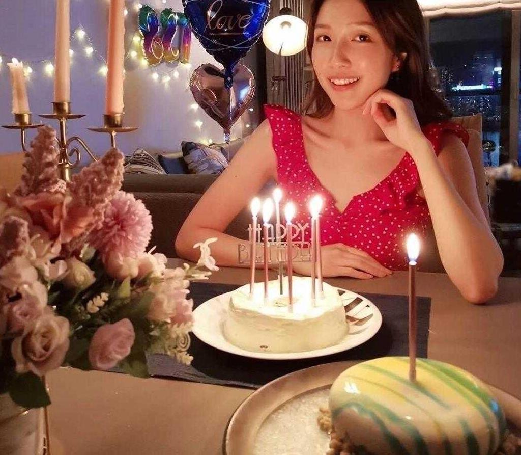 李泽楷小女友生日晒照,穿红色波点连衣裙嘟嘴,28岁像00后