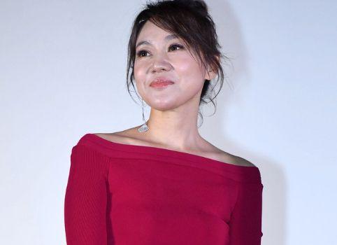 《人民的财产》举办发布会,48岁闫妮状态好,和陈晓同框无年龄差